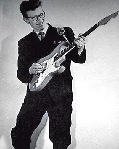GRAHAM beraksi bersama gitar kesayangannya pada 1962.