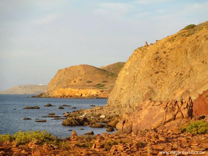 Vista del faro de Cap de Cavalleria desde Cala Pregonda