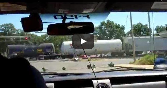 Captado en VIDEO tren destruye un camion atascado en la via