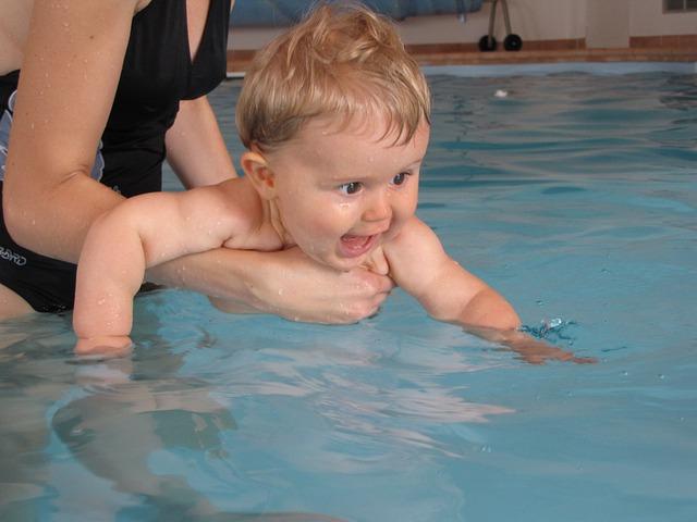Kąpiel z mamą w basenie krytym