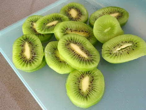 Rodajas de kiwi listas para confitar