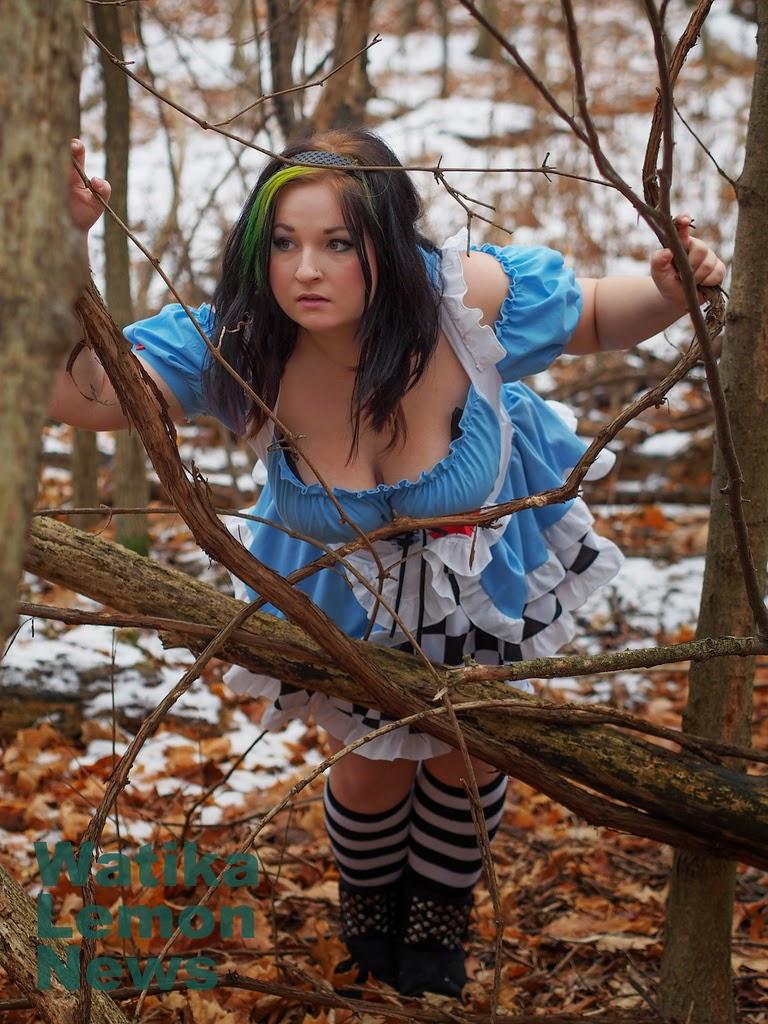 photo de cosplay féminin sexy d'Alice par une jeune femme au décolleté généreux