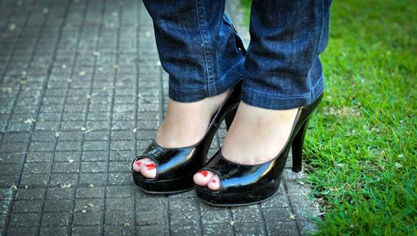 peep toe clássico, preto e de couro envernizado