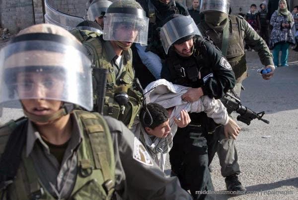 Soldados terroristas de Israel prendem e arrastam criança palestina