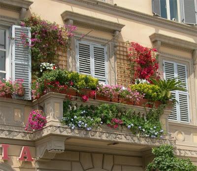 varanda com floreiras