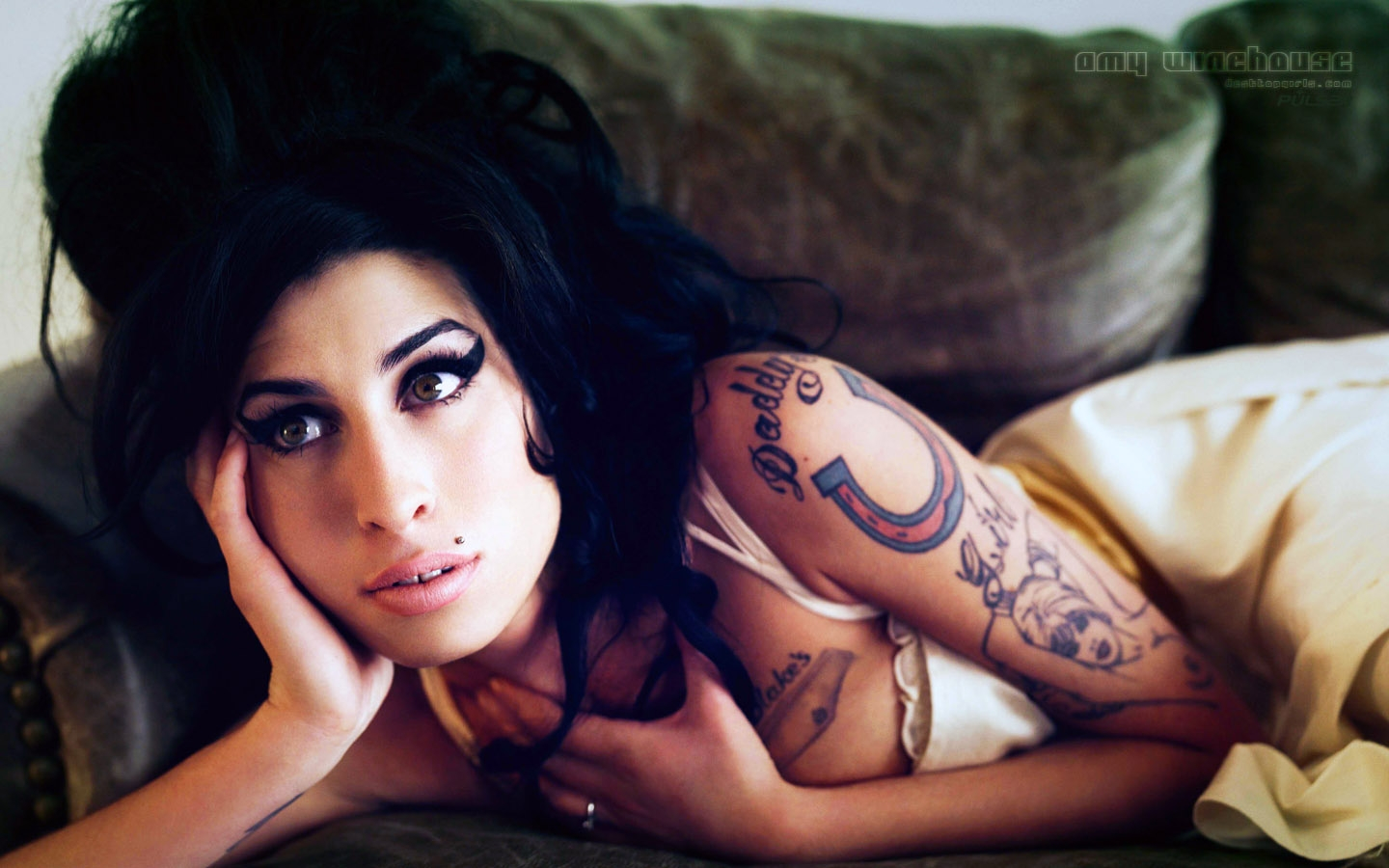 http://4.bp.blogspot.com/-xkNU3NN4E68/TitNTwGB8NI/AAAAAAAAAOM/O6o739z0M88/s1600/amy+winehouse+-+wallpaper+06.jpg