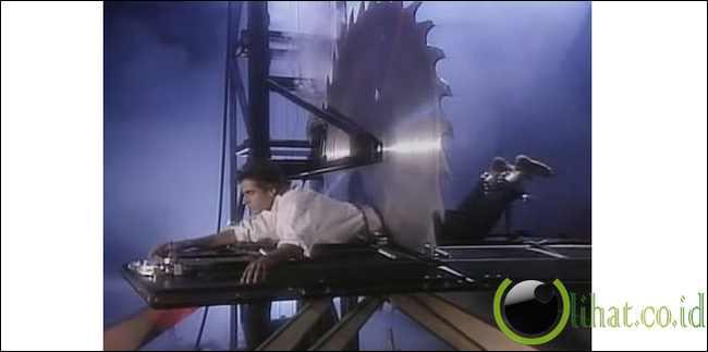 Aksi David Copperfield Gergaji tubuh sampai putus