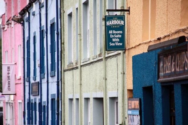 Casas multicolores en el Puerto de Portree en la Isla de Skye