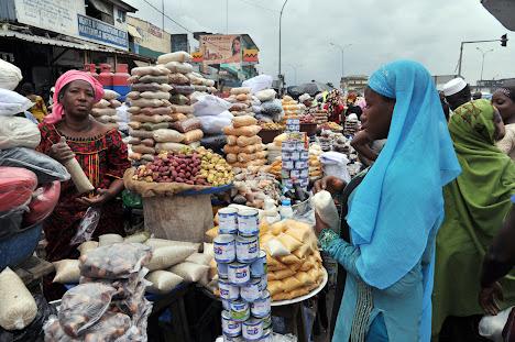 wanita menjual sereal di pasar jalanan di Abobo