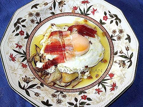Boletus salteado con huevo frito y jamon iberico