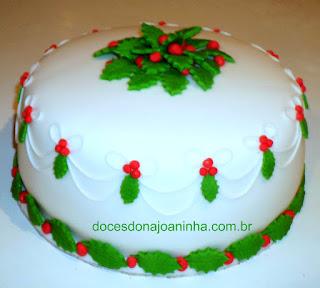 Bolo decorado com folhas de azevinho para o Natal