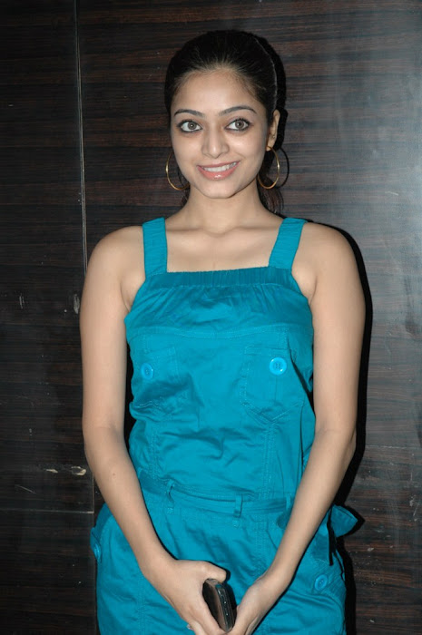 avan ivan movie janani iyer at deiva thirumagan premiere . photo gallery