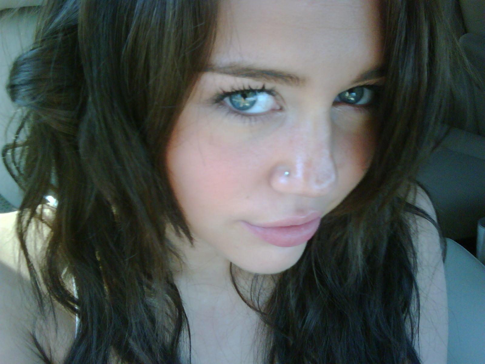Miley Cyrus Nose Piercing