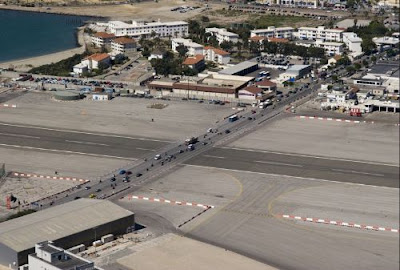 Aeroporto de Gibraltar,Estrada passa dentro de aeroporto