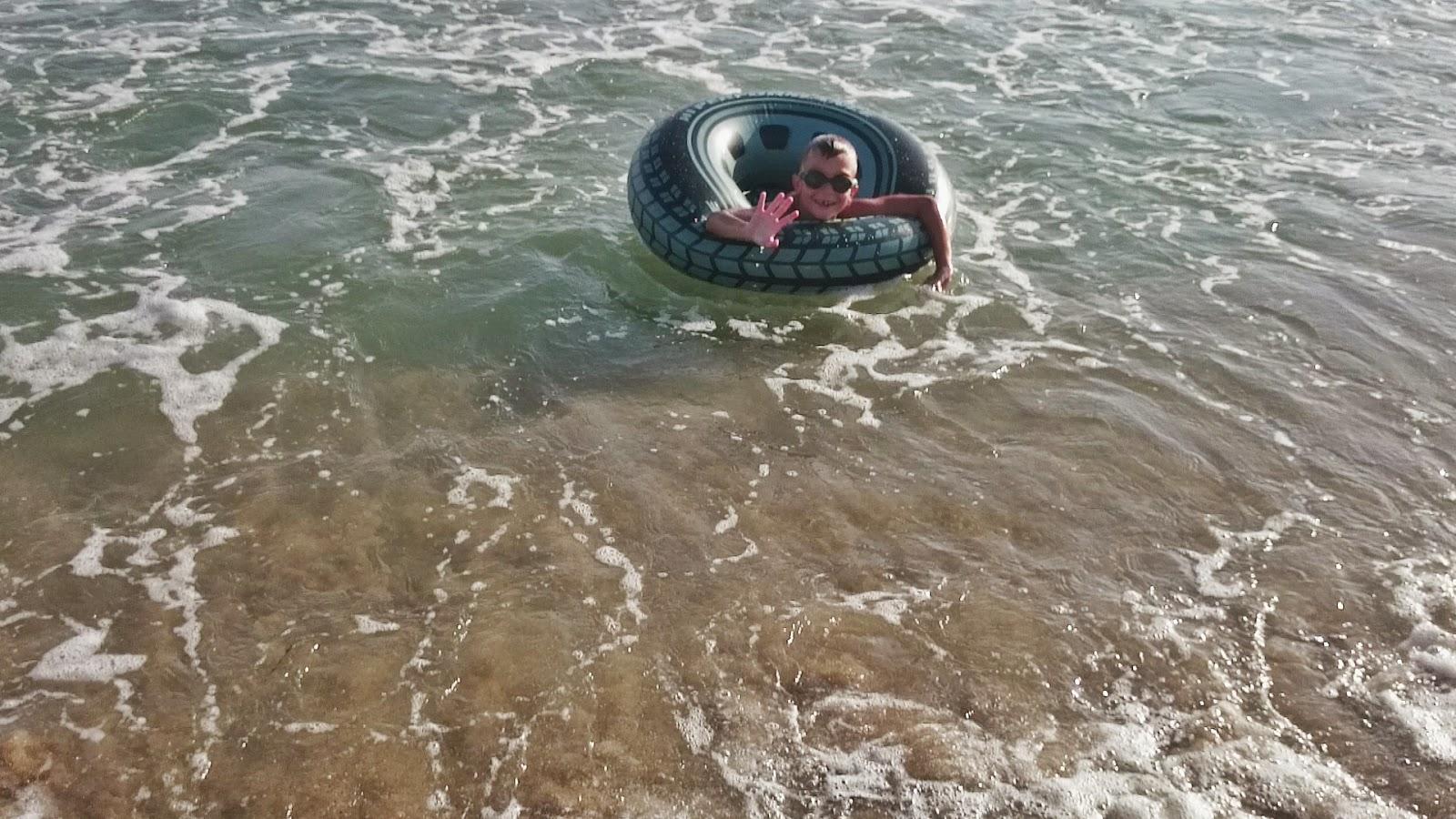 opona do wody,pływanie w morzu,Hiszpania jaka jest plaża,słona woda i koło dla dzieci,fale i piasek w Hiszpanii
