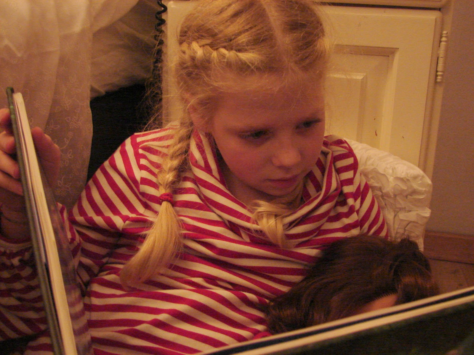 Collie collie: klein elfje lezend op de grond...