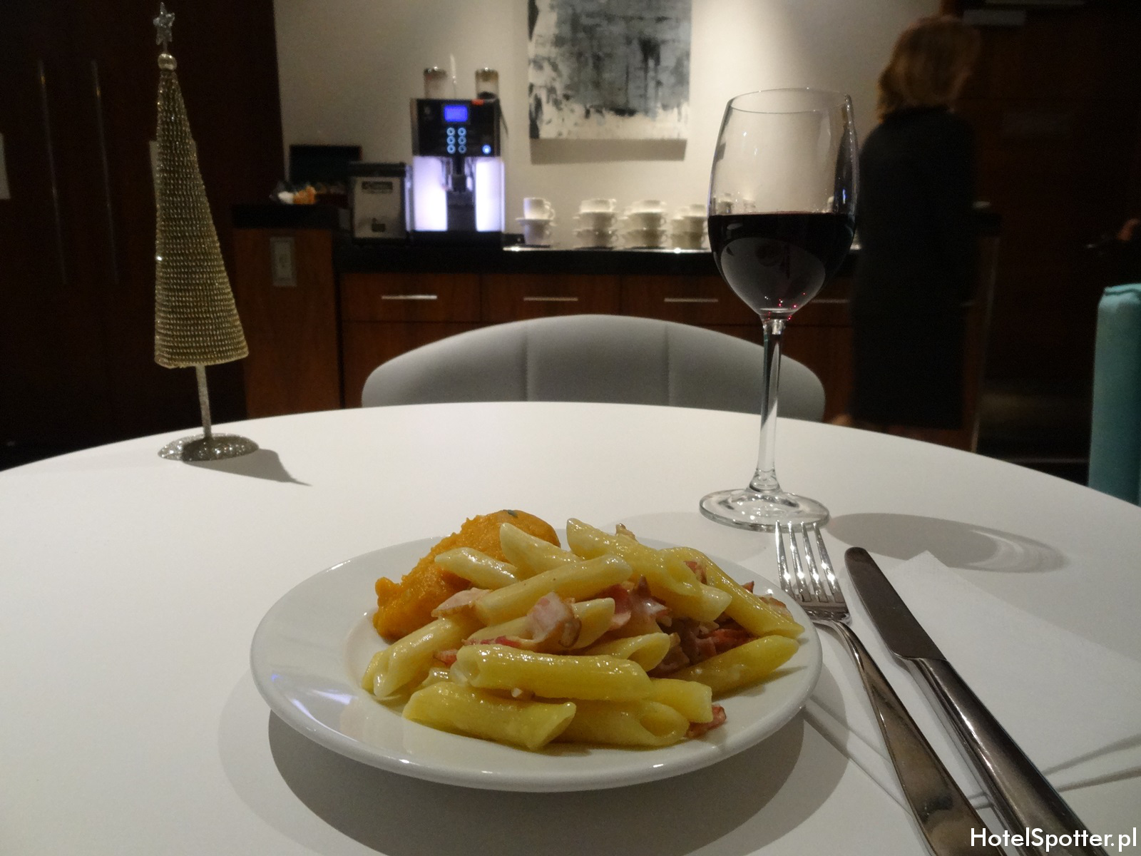 Executive Lounge w Hilton Warsaw - penne carbonara i puree z batatow
