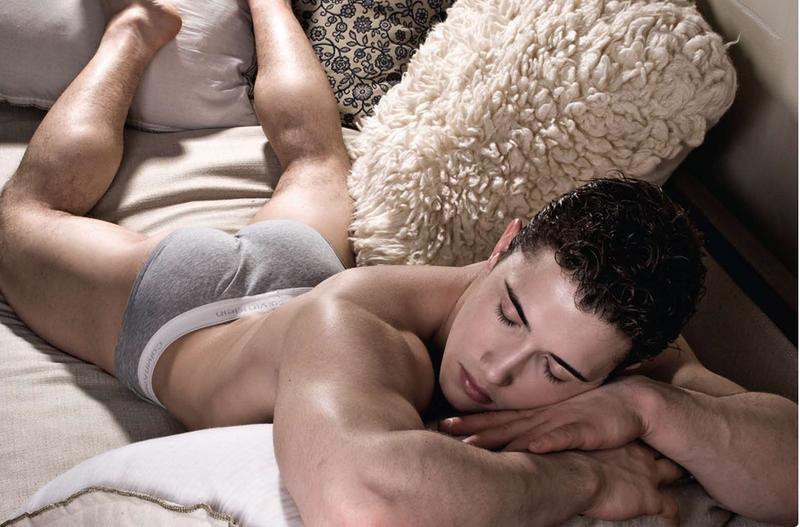 El hombre en la cama Descargar Fotos gratis Freepik - imagenes de hombres sin ropa en la cama