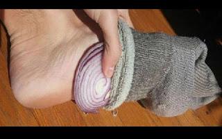 Os pés são de extrema importância ao corpo humano e vem sendo pesquisado há anos pela medicina asiática. Pesquisadores afirmam que o fato de estimular algum ponto nos nossos pés, podemos curar dores em outras parte do nosso corpo. Por mais estranho que pareça a cebola é uma dica dada pelos especialistas.