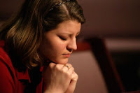 0008_mujer-orando