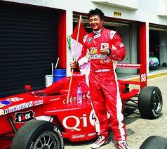 FOTO GANTENG RIO HARYANTO PEMBALAP INDONESIA FORMULA GP2