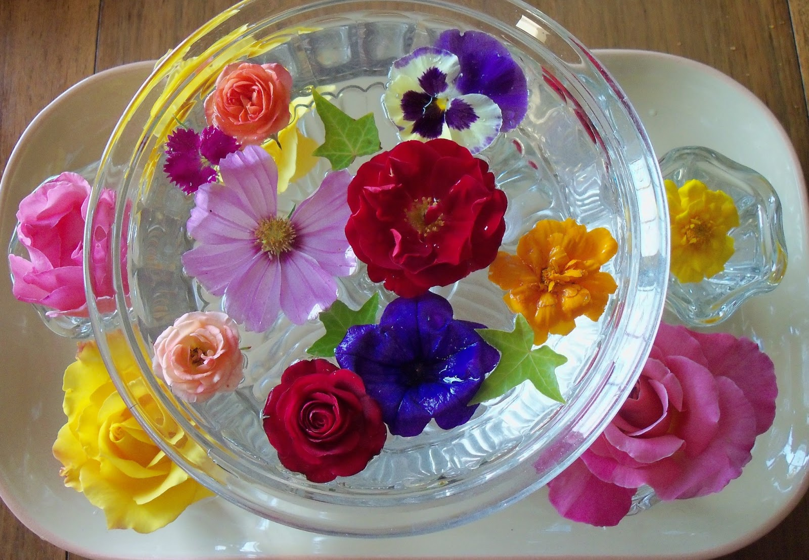 Make the best of things float your flowers for a beautiful arrangement flowers that are blooming a bit droopy and they arent displaying well in the usual vases so i started floating them in my serving dishes and voila mightylinksfo