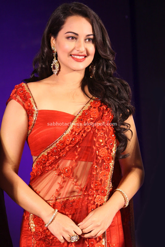Sonakshi Sinha Navel Show in Red Saree