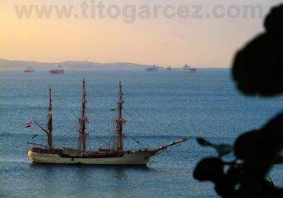 Fragata ancorada na baía de Todos os Santos vista desde a Ladeira da Barra, em Salvador