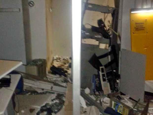 Segundo PM, somente dois caixas foram danificados (Foto: Edivaldo Braga / Blog do Braga)