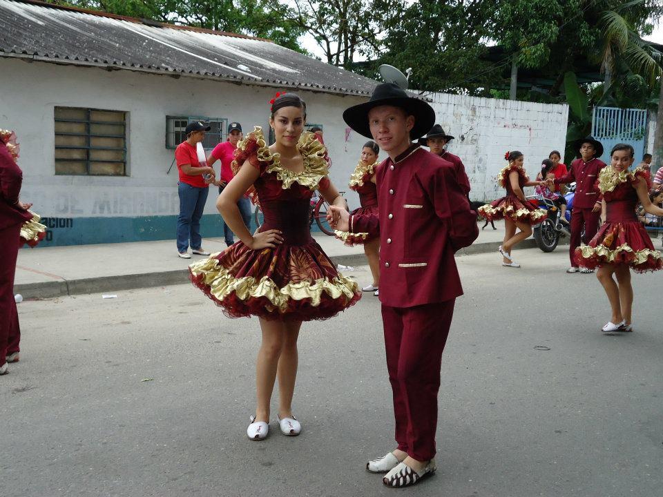 En algunas ocasiones usan vestidos completos color caqui, camisa que baja suelta por encima del pantalon. Usa sombrero alon preferido el peloeguama por lo