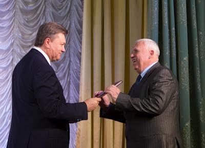 Президент Украины Виктор Янукович вручает ректору университета Вячеславу Шебанину Указ о присвоении университету статуса национальный.