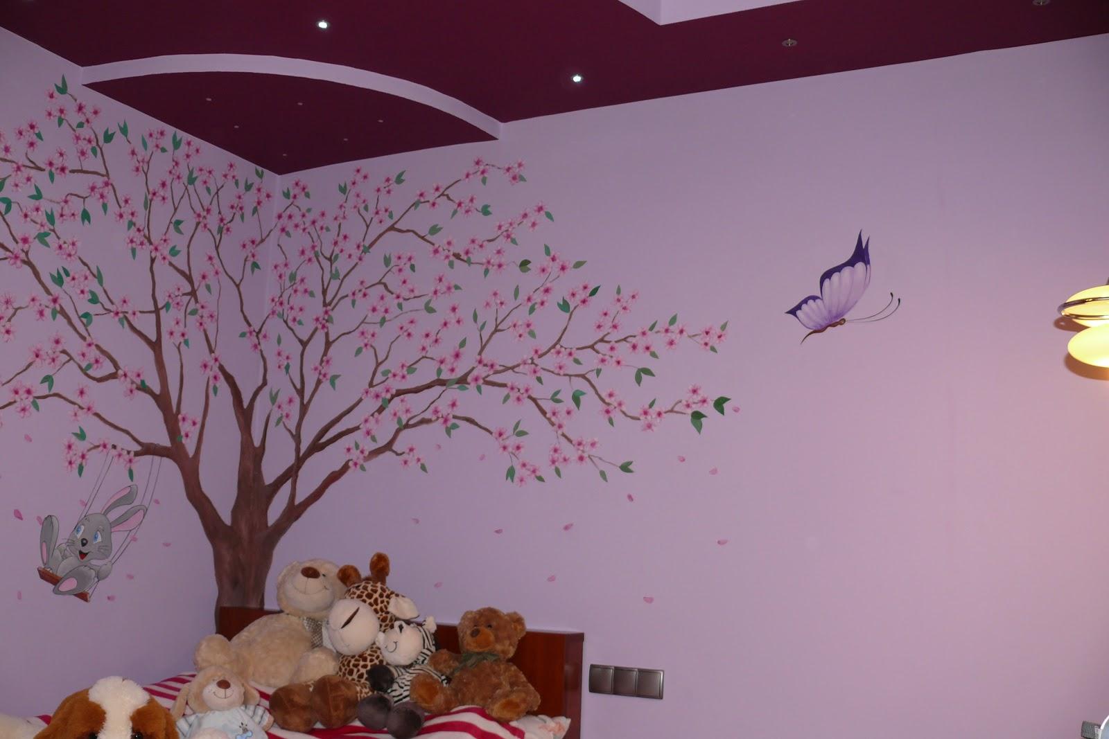 Malowanie drzewa na ścianie w pokoju dziewczynki, aranżacja ściany w motyli