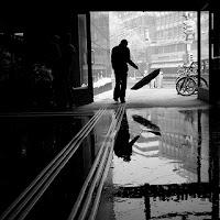 Imagen : Blanco y negro : Hombre con paraguas