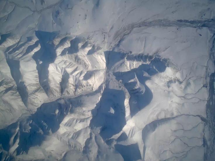 Vídeo de uno de los aviones no tripulados Global Hawk que muestra el hielo polar. El vídeo fue tomado como parte de la misión de investigación de la Operación Puente de Hielo de la NASA (NASA / AnonSec)