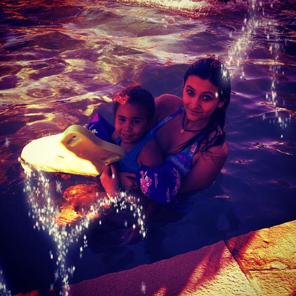 [Fixo] Fotos de Paris Jackson - Página 3 Foto+paris+jackson+na+piscina+instagram+2012