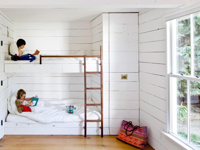 la habitacin de los nios tiene una litera empotrada y una cama adicional para invitados un armario empotrado aprovecha el pequeo espacio que queda entre