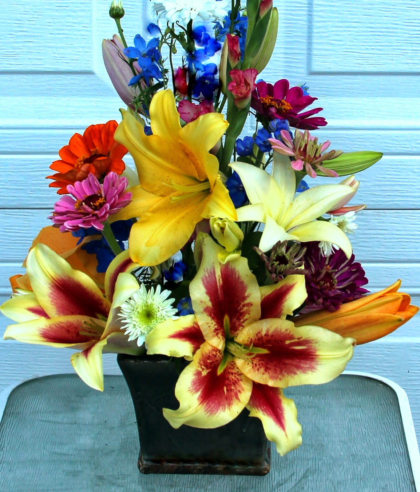 Flowers in vase change water - Plunge Immediately In Water With A Floral Preservative Keep Out Of Bright Direct Light For A Longer Vase Life Change Water If Possible Every Other Day