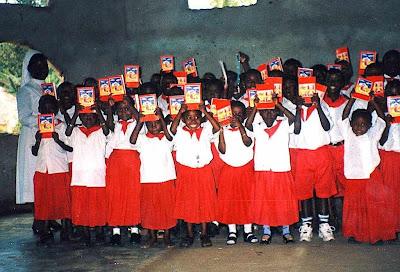 Crianças mostram a Biblia que ganharam numa missão católica na Tanzania.jpg