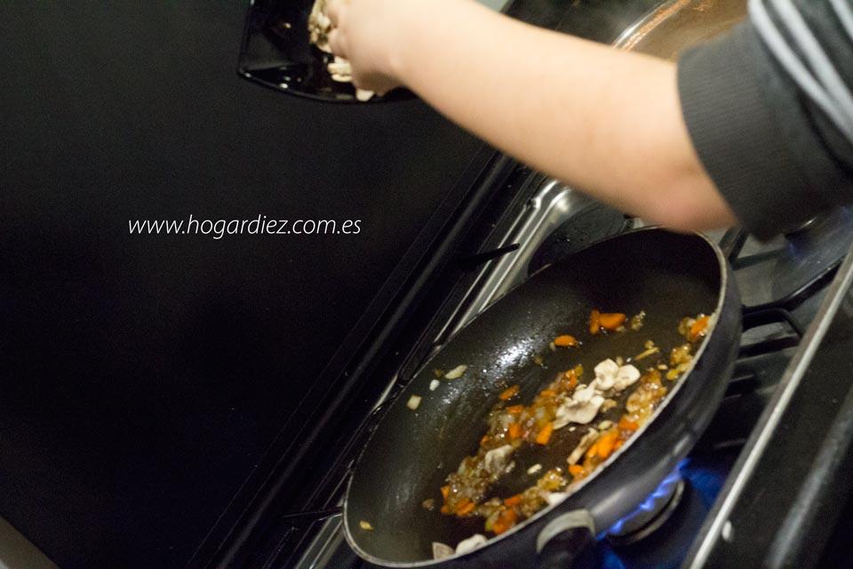 Noodles con langostinos y champiñones