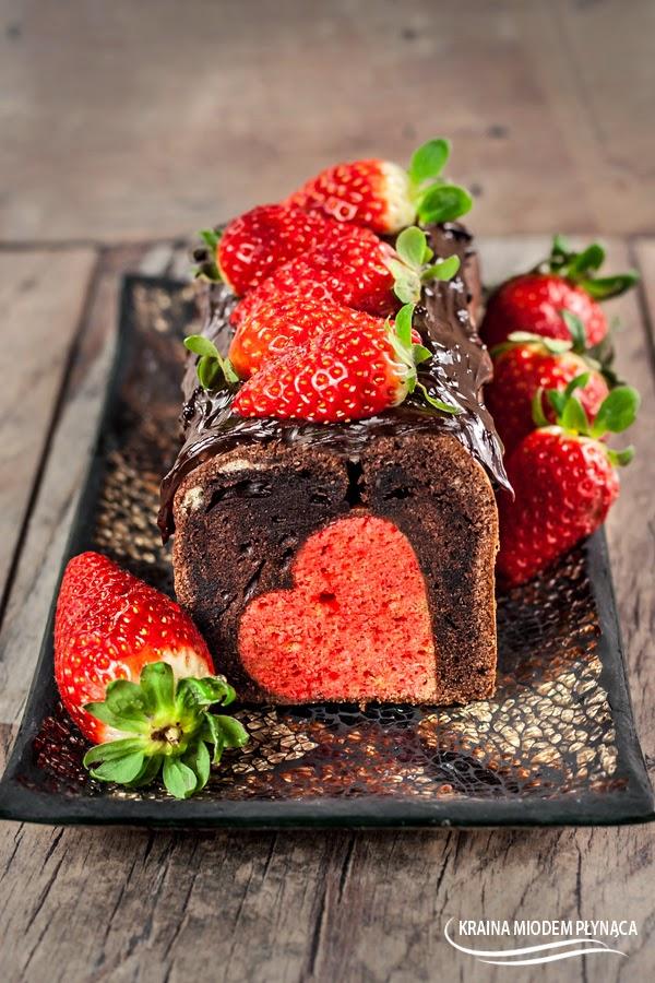 brownie czekoladowe, ciasto z sercem, ciasto na walentynki, wzór w cieście, ciasto ze wzorem, ciasto ze wzorem w środku, truskawkowe ciasto, truskawkowe serce, deser na walentynki, kraina miodem płynąca