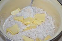печенье с отрубями и луком: добавить размягченное сливочное масло