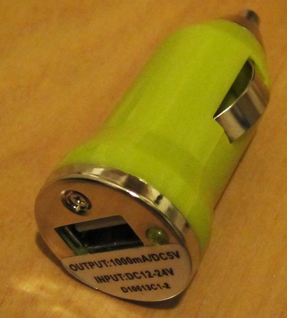 スマホを急速充電することができるUSBシガーソケット充電器