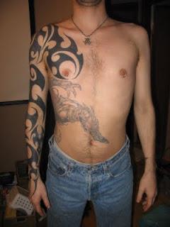 Tribal tatuado no braço e peito