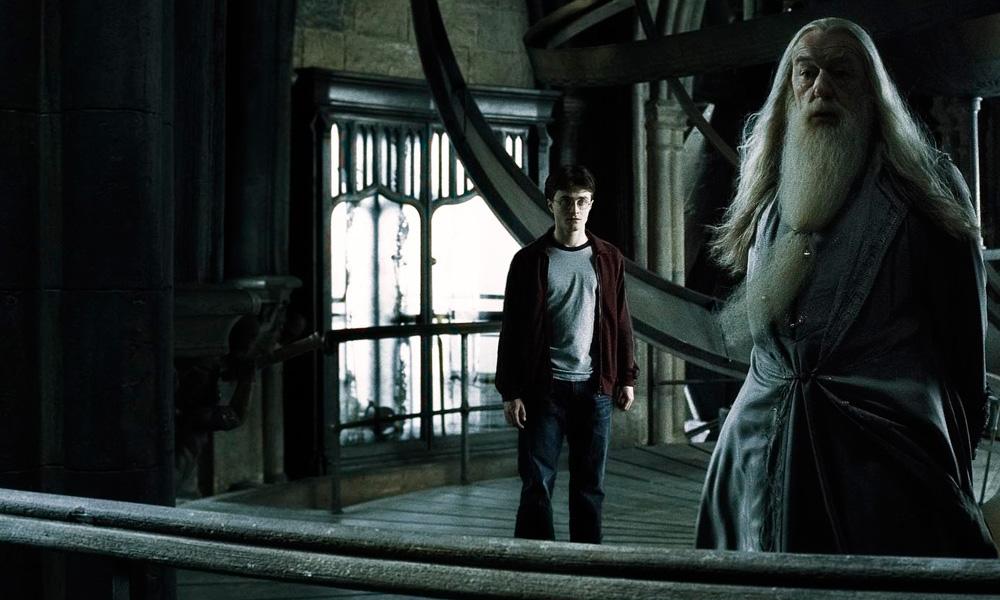 Cena do filme Harry Potter e o Enigma do Príncipe (2009) onde harry portter aparece em sozinho em um cômodo com roupas casuais