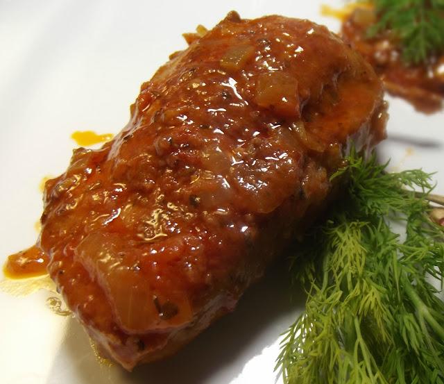 Schab nadziewany mięsem mielonym i pieczarkami  pomidorowym sosie
