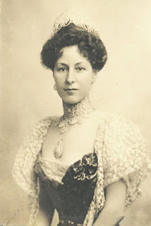 Photograph of Elizabeth Drexel Lehr, dressed for presentation to Kaiser Wilhelm