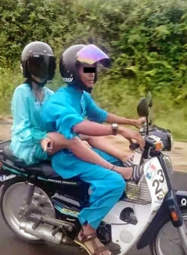 Memalukan Aksi Awek baju kurung mengangkang atas motor dengan teman lelaki