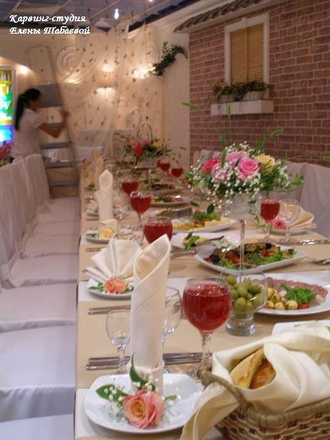 сервировка свадебного стола композиции из цветов
