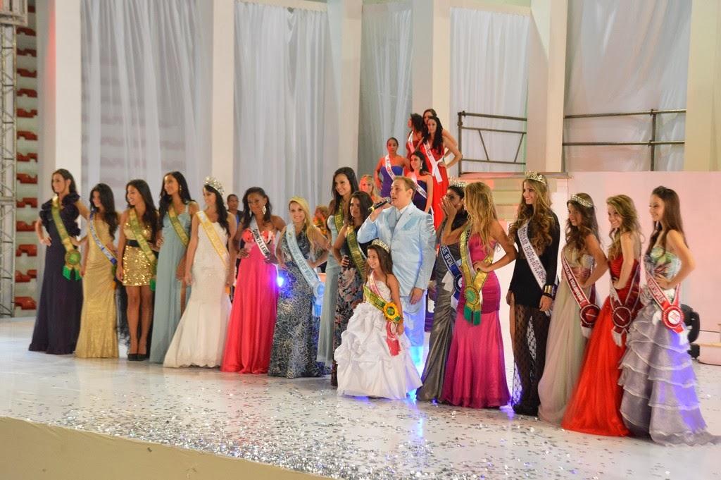 O coordenador Luís Costa encerra o concurso comemorando o sucesso do evento com um grupo de misses
