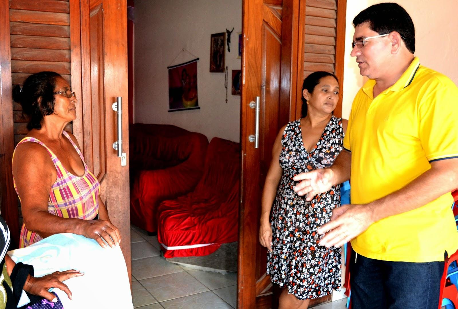 http://4.bp.blogspot.com/-xvsCFoq9__g/U1osN-9DuQI/AAAAAAAAJrs/dAUrTDQ05FA/s1600/Prefeito+em+conversa+com+moradores.JPG